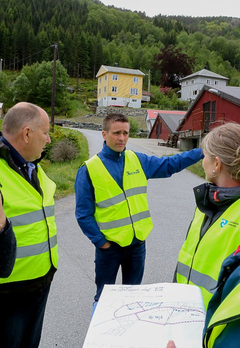 Formannskapet i Bremanger på synfaring med prosjektleiar Bjarte Steinhovden.
