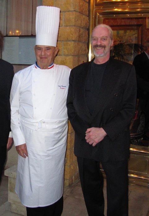 LIKER SEG PÅ JESSHEIM: Servitør Bo Lund (t.h) forteller at han sjeldent reiser andre steder enn til Jessheim for å handle. Her sammen med den avdøde og anerkjente franske kokken Paul Bocuse.