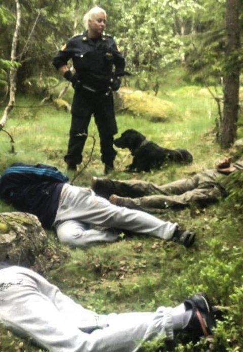 PolitiHUNDENS HVERDAG: Lene og Gjermund etter at de har kontroll på de fire smuglerne lørdag. Foto: Ringsaker lensmannskontor