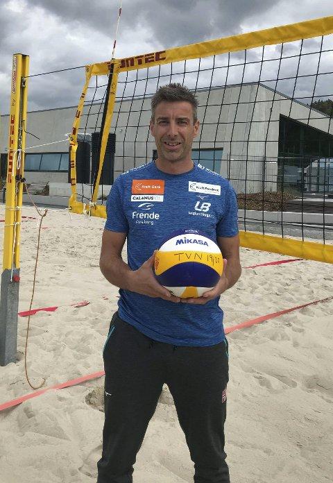 Best med ball: For Jetmund Berntsen handler det meste om volleyball. Men har han litt fri, så tar han gjerne et slag badminton. Familien bor i Åmli, men Jetmund kommer fra Sunnfjord. Foto: Privat