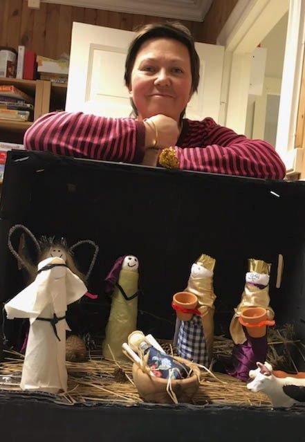 Juletid: Det er høysesong for kreativitet i barnehagene i desember. Her er årets julekrybbe i barnehagen på Sandøya, med styrer Camilla H. Knutsen bak herligheten.Foto: Sandøya Barnehage