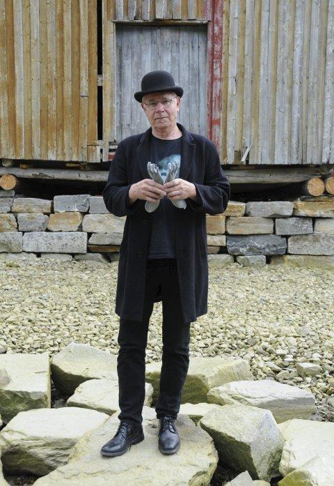 FOLK I FJÆRA: Stig Einar Edvardsen skal la disse barnehendene duppe i floa i Vefsna under Galleria. Kunstverket kan bli sterk kost, slik også livet er. Men det er til for å takles.