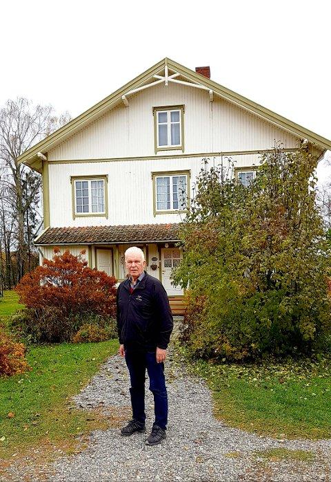 Inge Skimelid tilbake der han ble født under evakueringen, Veset gård i Vormsund.