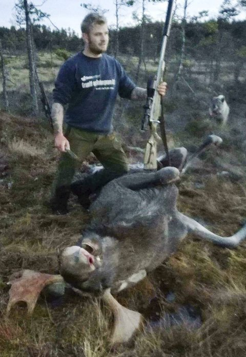 Stor-skytter: Steffen Åle med en 10-taggers elgokse og hunden Amigo. Foto: John Åle