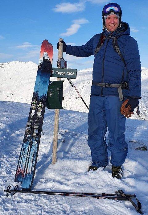 FORSVANN: Kevin Gray gløymde att ski og stavar oppå ein søppeldunk ved Kvamsviki måndag. Då han skulle henta dei to timar seinare var dei vekke.