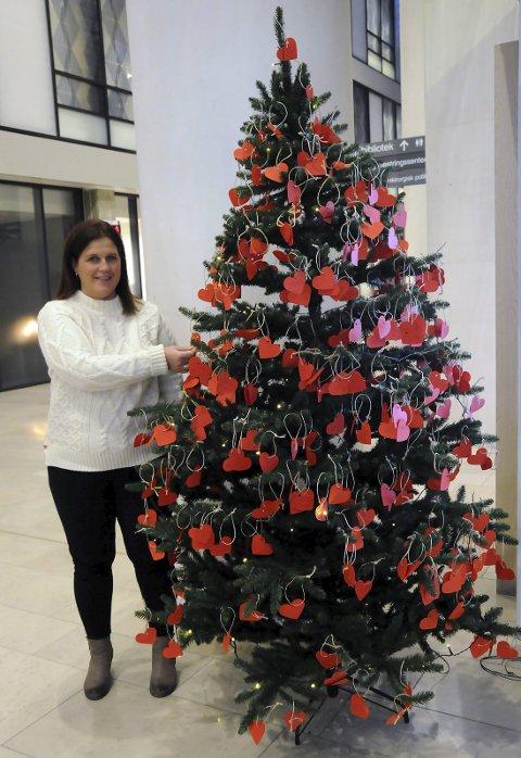 Fornøyd: Avdelingsleder driftsservice Vibeke Mikalsen ved Nordlandssykehuset er svært fornøyd med responsen fra folk som vil henge en hilsen på juletrærne i den nye hovedinngangen.  Begge foto: Hanna-Lisa Utne Skau