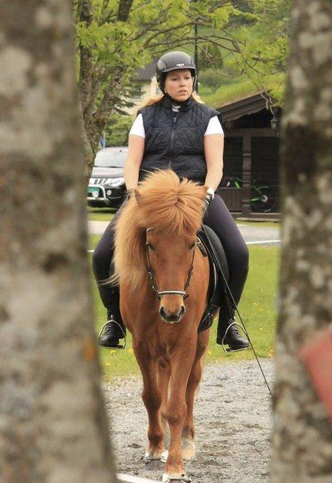 Carina og Ess: Denne duoen er ofte å finne på hestestevner rundt forbi i Norge. Carina og Ess har rykket opp fra C til B-klasse i sin gren, og ønsket er å klatre videre. Foto: Privat