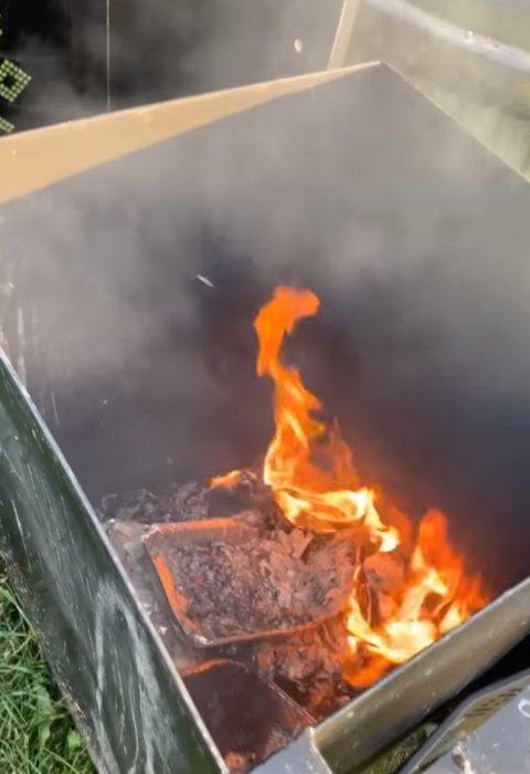 FIKK SJOKK: Moren forteller at hun og datteren ble overrasket da de så flammene som sto opp av den ene søppeldunken ved tjernet.