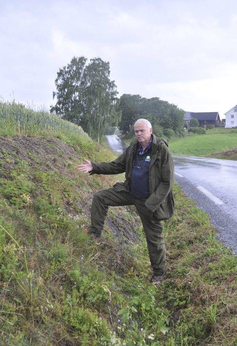 I skråningen: Knut Sterud viser hvor det før var blomster og nå bare er gresstuster igjen. Foto: Regine Boym