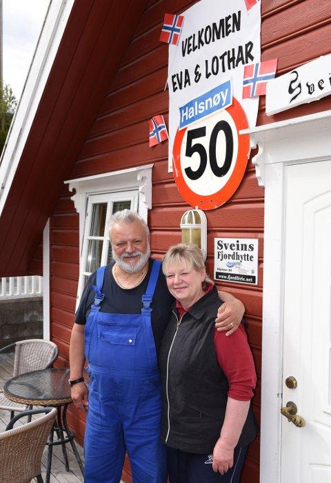 JUBILEUM: Då Eva og Lothar kom fram til Halsnøy for 50. gong, hadde den lokale velkomstkomiteen laga til eit flott skilt på hytta på Asalneset.