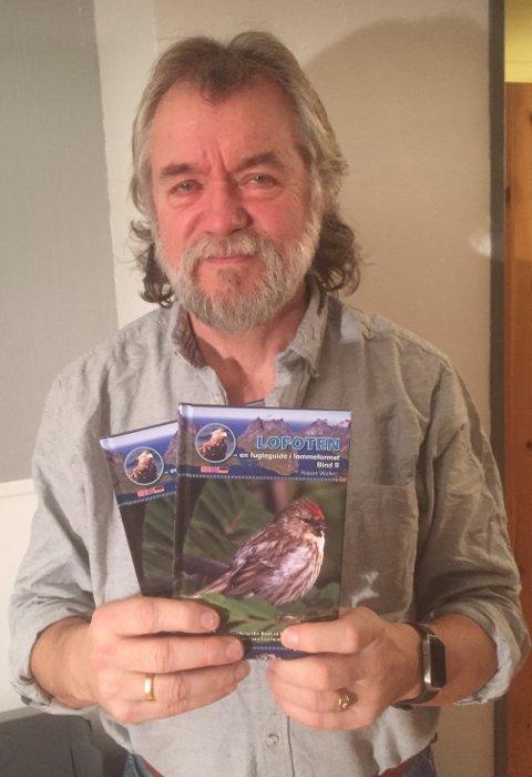 FUGLEBOK: Robert Walker er ute med ny bok om fuglearter i Lofoten. Foto: Magnar Johansen