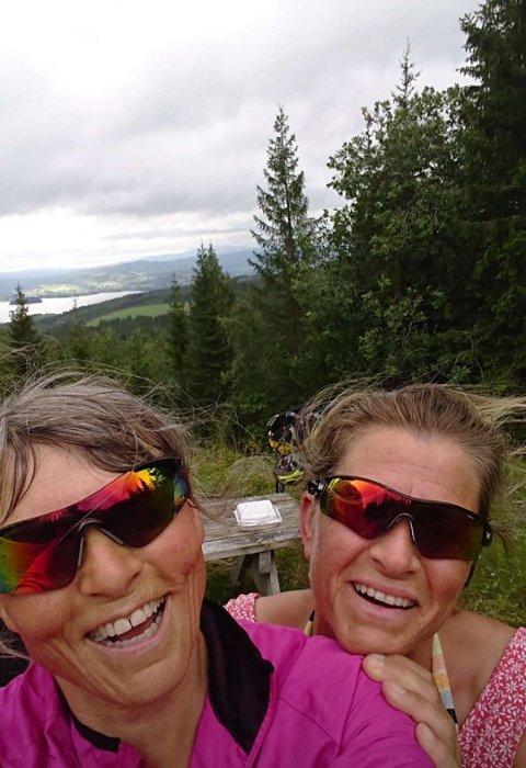 SPREKE VENNINNER: Jorunn Myhrvold (til venstre) og Bodil Johannessen syklet 700 kilometer fra Asker til Namsos forrige uke.