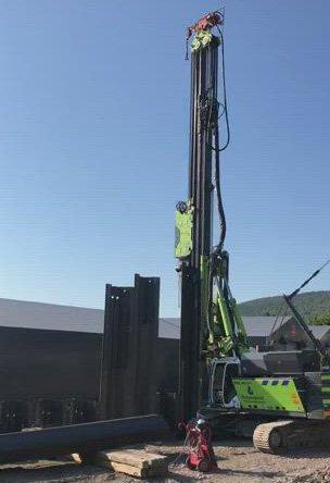 STØY: Spuntinga i Nybyen går ut på å drive metallprofiler ned i bakken for  å hindre utrasing av masser ved senere graving.. Støyen oppstår ved at et lodd vibrerer på toppen av profilen.
