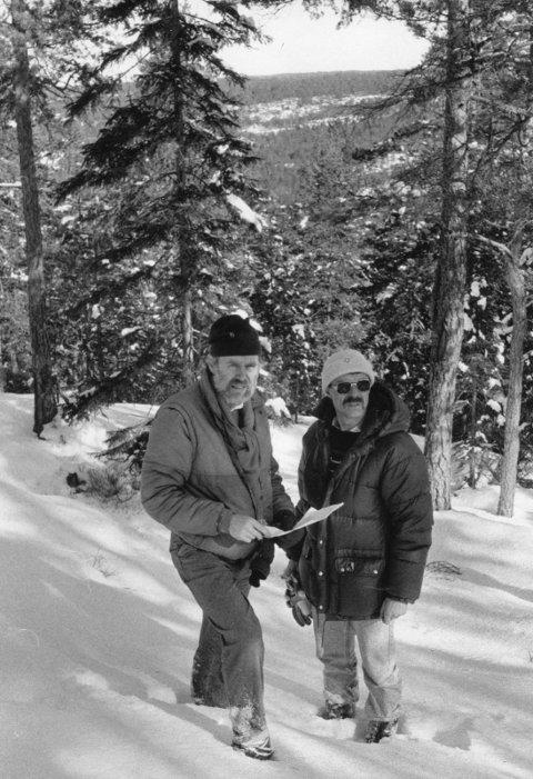 Optimisme: Arkitekt Ed Berntsen og alpinklubbens Yngvar Hoffstrøm på befaring i Thorebyåsen i Torpedalen i mars 1988. Arkivfoto: Morten Paulsen