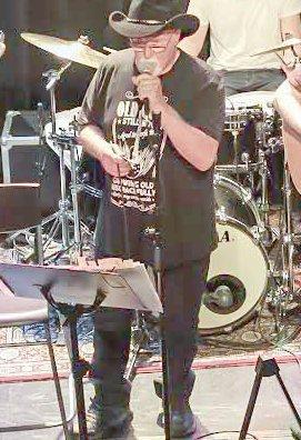 COUNTRYMUSIKK FRA LANDET: Val Vallery og bandet hans er klare for å spille countrymusikk i låven på Eidsverket lørdag. Foto: Knut Framstad