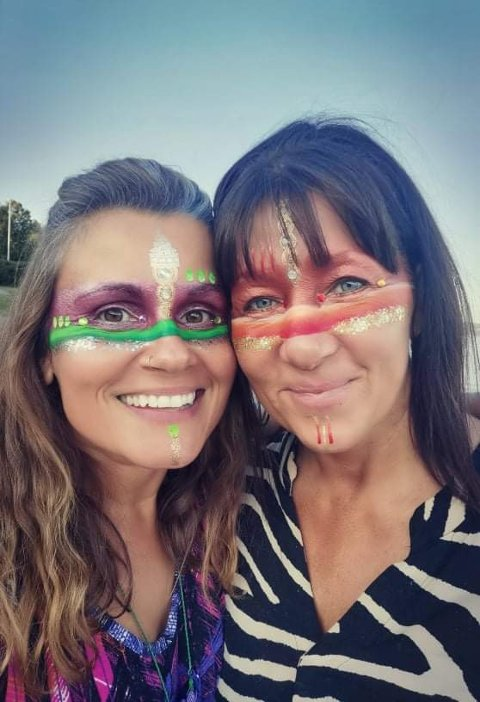 FARGERIKT: Lynsey Moonflower og Ane Sommerstad gleder seg til kreative bidrag under festivalen til helga. Lynesy skaper vakker ansiktsekor på festivaler og feringer.