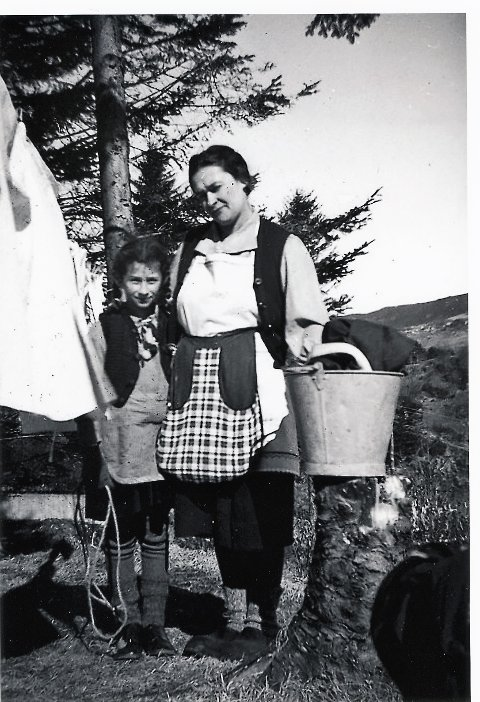 BUDDE I ALVERSTRAUMEN: Her ser vi mor Cecylie Müller og dottera Berta, som saman med far Bernhard og sonen Oskar alle vart sendt til Tyskland og drepne der.