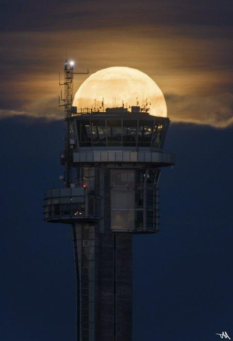 Vinner uke 43 og månedens vinner for oktober: Tommy Aadahl vant med bildet «Supermåne over kontrolltårnet». Man ser med en gang at bildet er planlagt. Du retter ikke kameraet tilfeldigvis mot tårnet på Gardermoen og får med månen som en bonus. Jeg synes plasseringen av månen er helt perfekt. Aadahl har sikkert flere eksponeringer der månen er andre steder, men dette ble det beste. Veldig bra!