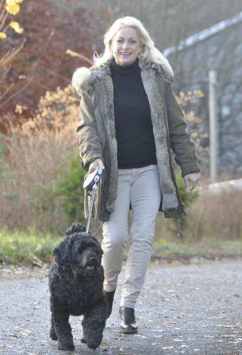 UT PÅ TUR: Hunden Pepsi gir Merete gitt ro i sjelen innimellom danseslagene. foto: Rune Pedersen