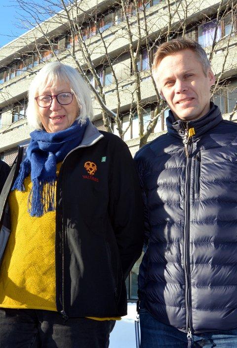Varaordfører Tone Meisdalen og rådmann Kristian Damstuen synes det er flott at paret setter innflytting på dagsorden.