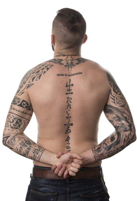 Lausriving: Truleg er ei godt synleg maskulin tatovering framleis eit signal om lausriving og sjølvstende for mange unge menn.  Foto: Colourbox