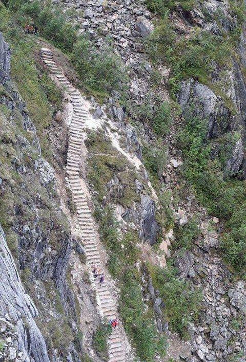 ØVERSTE DEL: Her er en del av trappa som erstatter grusstien helt i toppen av skaret.