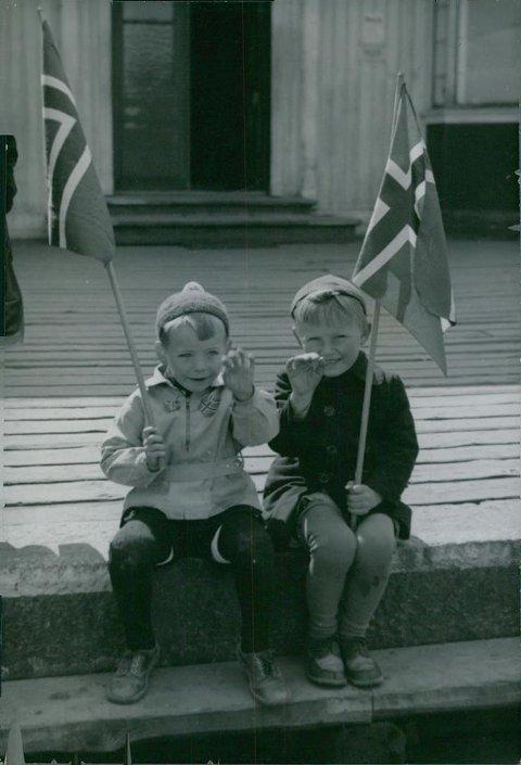 Blide gutter feirer freden på Kongsvinger stasjon 1945.