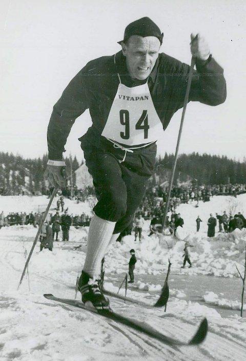 Håkon Brusveen på veg mot gull på 15-kilometeren under NM i Mo i Rana i 1957. Arkivfoto