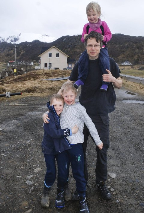 Trives: Søsknene Njål, Trym og Una stortrives på Tangstad. Snart skal de sammen med mamma Hilde og pappa Brage flytte inn i nytt hus på Tangstad. Det gleder alle seg stort til. Foto:Øystein Ingebrigtsen