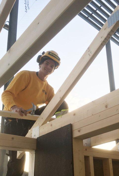 SNEKRET BOD: Tømmerlærilng Petter Kjelsrud Rogne fikk også vise sin kompetanse på Bygg Reis Deg-messen.