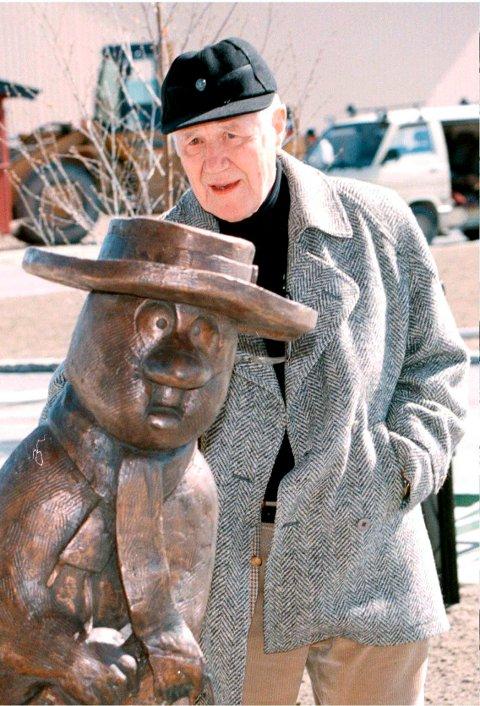 LIV I BOK: Kjell Aukrust beskuer Solan foran Aukrust-museet i Alvdal i mai 1996. I disse koronatider, hvor vi alle føler oss som Ludvig, trenger vi Aukrusts stemme mer enn på lenge, mener Sigmund Løvåsen som har skrevet biografien om østerdølen.