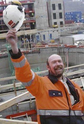 Synger: Per Ivar Hommels-gård er her fotografert under byggingen av operaen i 2005.