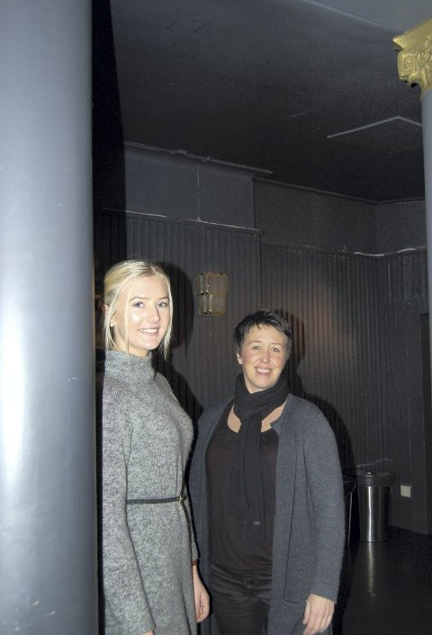 Teatersal: Den gamle salen brukes til forestillinger. Lærling Nathalie Sørensen Hunsrød (til venstre) og administrerende leder i Frilynt, Tale Haugan.