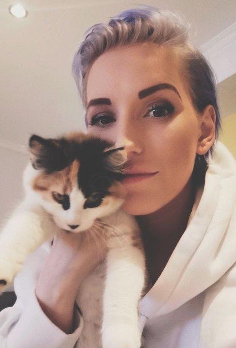 – PUSEN MIN: Therese Octavia Kjørmo her med katten hun var så glad i. Nå er hun i sorg og sjokk over sin lille venn.
