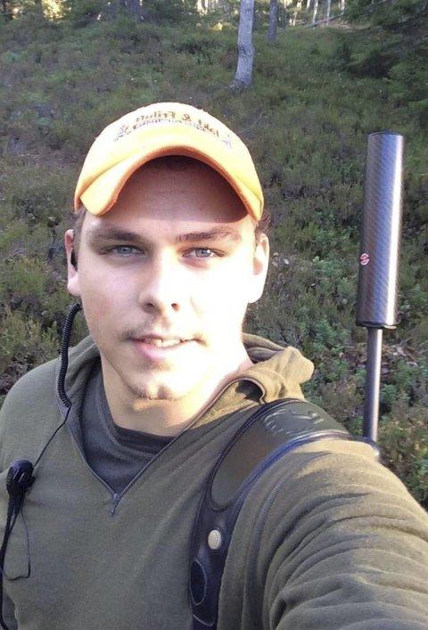 Jakt og idrett: Ståle Skjævestad har alltid vært glad i jakt og idrett. Denne helgen er han på rådyrjakt hjemme på Vegårshei sammen med jakthunden Bajas.  Foto: Privat