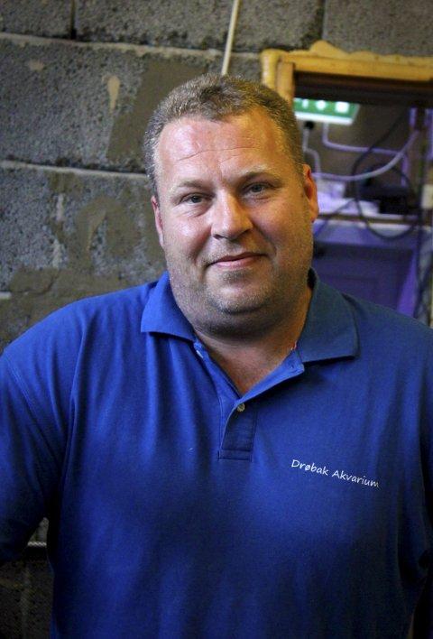 AKVARIEENTUSIAST: Henning Andresen trives godt med å hjelpe til på Akvariet.