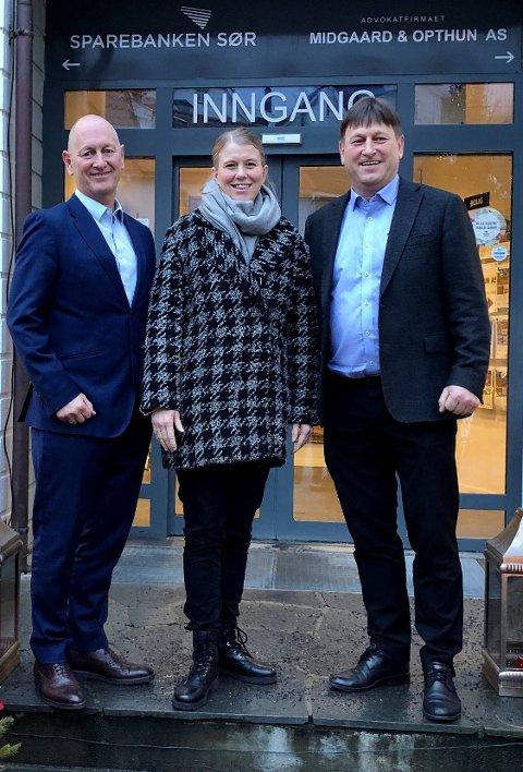 Fra venstre: Geir Bergskaug, Administrerende direktør Sparebanken Sør, Kari Rasmussen Theting, Programleder Omstillingsprogrammet, Staale C Gundersen, assisterende banksjef, næringsliv Kragerø.