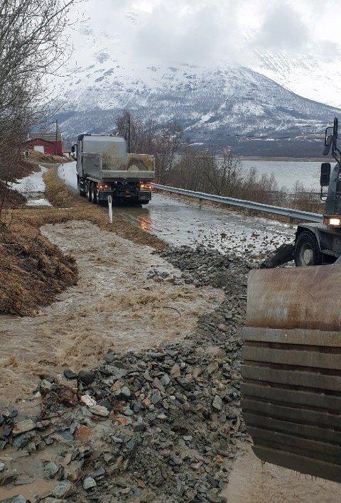 GIKK TETT: Løsmassenet tette etter hvert stikkrennen, noe som resulterte i at vannet begynte å «spise» av veibanen.