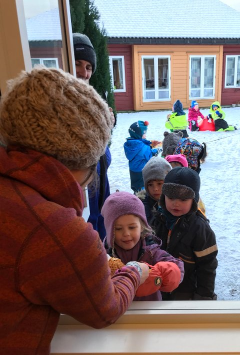 Borna står i kø. Mohammad Alashkar (t.v.) og er språkassistent i barnehagen.
