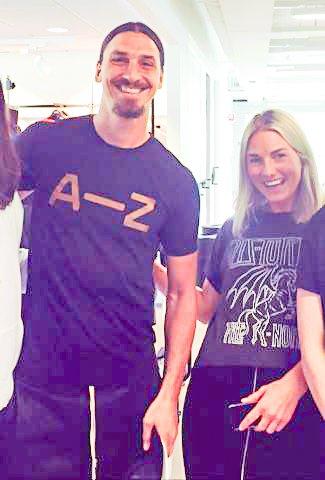 HUMØRFYLT MØTE: Tina fra Sørumsand og Zlatan Ibrahimovic fra Manchester United. FOTO: PRIVAT