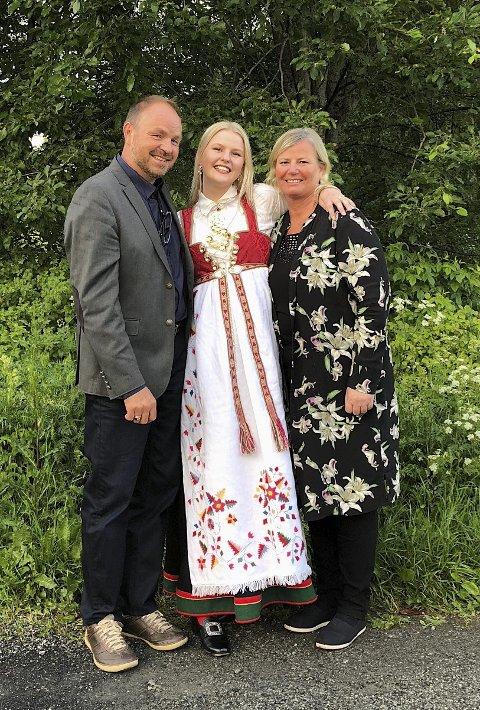 FAMILIEN: Sunniva sammen med pappa Alf Birger og mamma Hilde Kristin. Foto: Privat