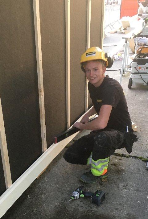LÆRINGER I ARBEID: Kåre Magnus Sveum var en av lærlingene fra Betonmast Rotstigen på Gjøvik som bygde boden.
