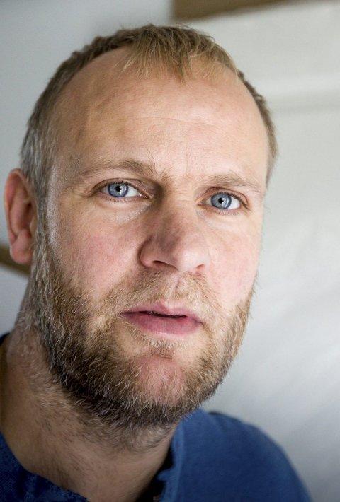 Fortsatt på jakt: Lørenskog-trener Kenneth Larsen har ikke full stall.