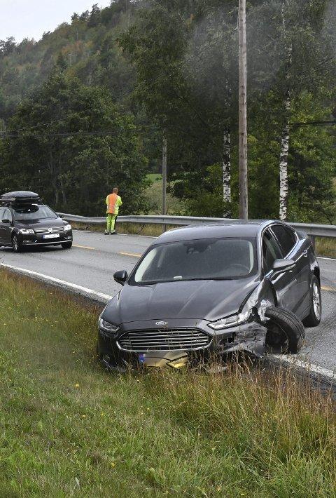 August 2018: Ulykken var alvorlig, men til alt hell kom ingen til skade da denne bilen havnet i motsatt kjørebane.