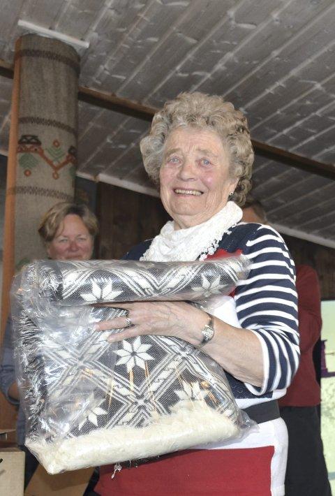 Ros: Minda Horge startet allerede på 1960-tallet med salg og servering ut fra stølshuset sitt. Nå ble hun hedra av hyttefolket.
