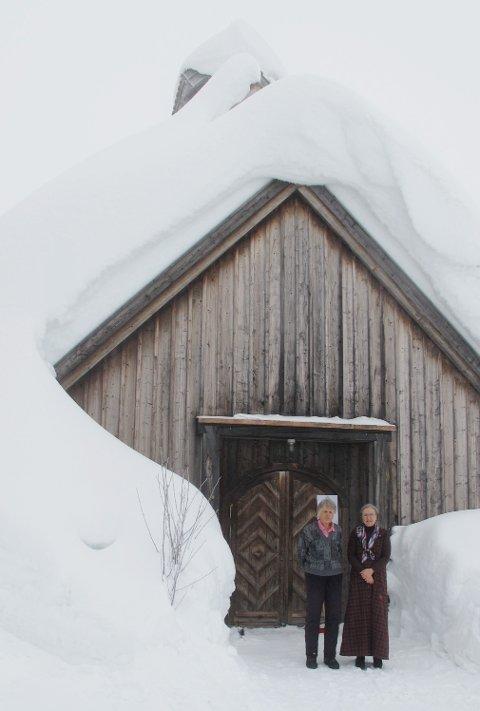 VERTSKAPET: Filip og Gia Gade foran Skei fjellkirke.