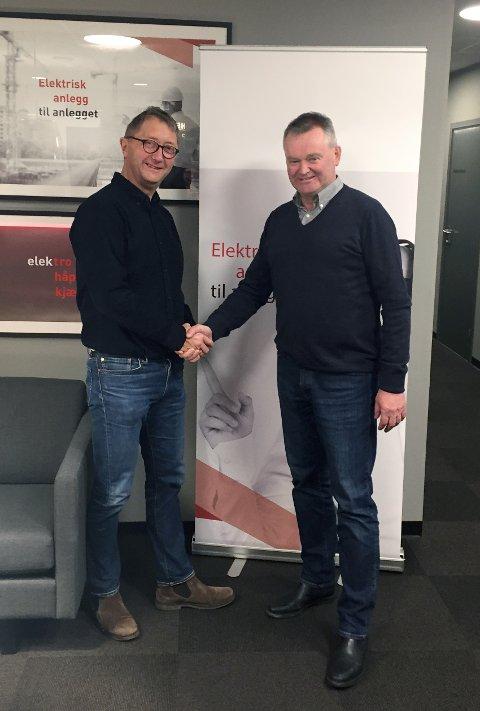 Styreformann i Aritech, Helge Gjøsæter og Johannes Helgevold (t.v.) administrerende direktør i Helgevold Elektro, er godt fornøyd med avtalen som er inngått.