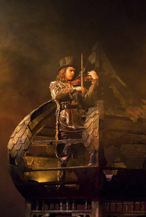 Debuterer: 18-årige Rasmus Hella Mikkelsen spiller Spellemannen i «Spellemann på taket» på Den Nationale Scene. FOTO: Magnus Skrede