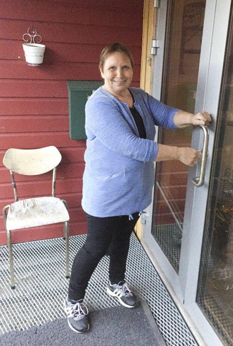 DEN NYE EIEREN: Tirsdag kunne Esther Utsi som ny eier låse seg inn i det tidligere Austertana eldresenter. Snarest mulig starter hun med kafé.