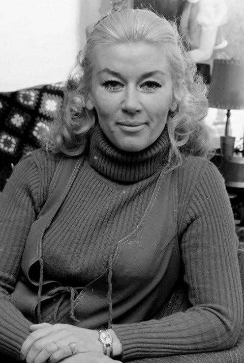 KARI RASMUSSEN 1932-2021. Kari Sofie Rasmussen fotografert til et portrettintervju i Romerikes Blad.